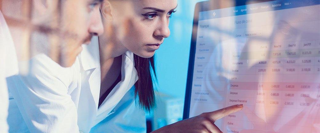 Como o uso de dados na área da saúde auxilia a tomada de decisão?