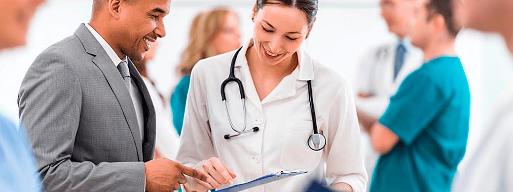 medico-analisando-relatorios-iclinic