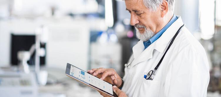 medico-usando-software-de-gestao