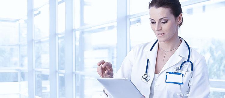 medico-usando-software-de-medicina