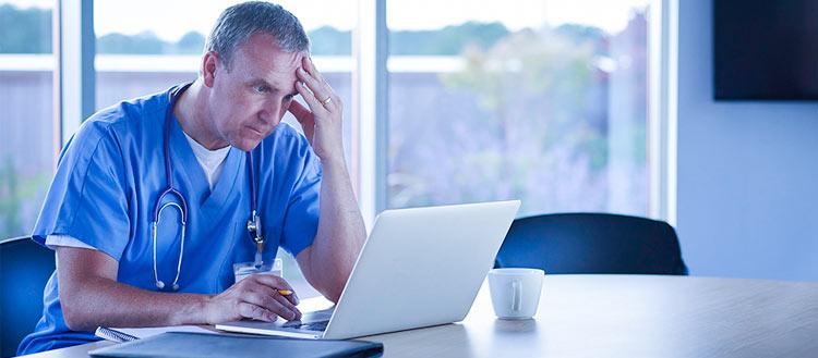 medico-usando-software-gratuito