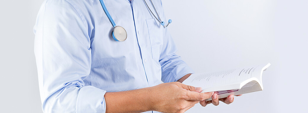 Médico lendo livro de empreendedorismo