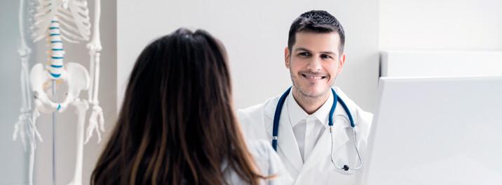 Foco total durante a consulta para fidelizar pacientes ao acessar dados